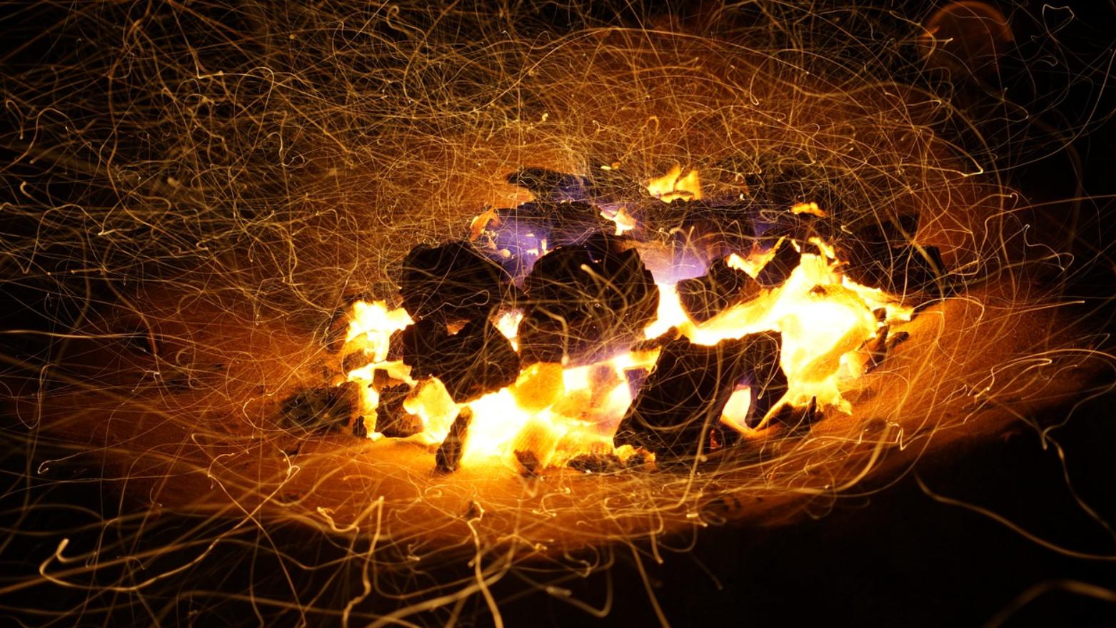 tańczące iksry wokół węgla